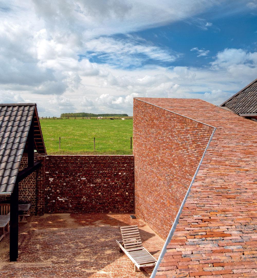 Stena lievikovite tvarovanej spojovacej chodby uzatvára vnútorný dvor.