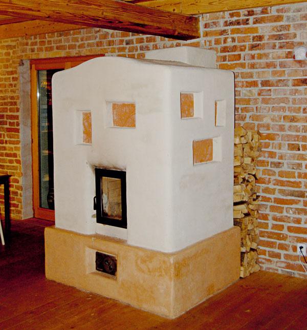 Fínska ťažká pec Pec má zjednodušené akrátke ťahy. Prierez ťahov je plochý obdĺžnik. Zväčší sa tým plocha prijímajúca teplo. Pomerne krátke ťahy oproti európskej konštrukcii odovzdajú teplo do masívneho plášťa. Ohnisko (1) je zásobené vzduchom cez rošt (3) advierka (2). Dvierkami prichádza väčšia časť vzduchu, rošt je už len doplnkový. Spaliny idú pozdĺž mohutného aplného zrkadla (4). Tu sa domiešajú aodovzdajú podstatnú časť tepla, potom sa dostanú do doháracej arozdeľovacej komory (5). Krycia doska doháracej komory je tepelne zaizolovaná. Nemôže sa tak extrémne prehriať. Horná časť pece nie je horúca. Teplo sa odovzdáva opäť vdolnej časti pece. Ide ojeden zúčelov kúrenia – nekúriť pod stropom, ale pri podlahe. Zhornej komory sa spaliny delia do dvoch súmerných padajúcich ťahov (6). Vdolnej časti pece sa spoja vkanáli (7) apokračujú do interiérového dymovodu (8). Tu odovzdajú aj zvyšné teplo asopúchom (10) putujú do komína. Pec uzatvára od komína zatváracia klapka (9). Po