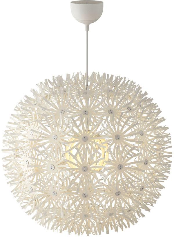 Snehová vločka či bielohlavá púpava? Tak či onak. Keď sa lampa IKEA PS Maskros rozžiari, dekoruje steny aj strop nezvyčajnými tvarmi. 69,90 €, IKEA