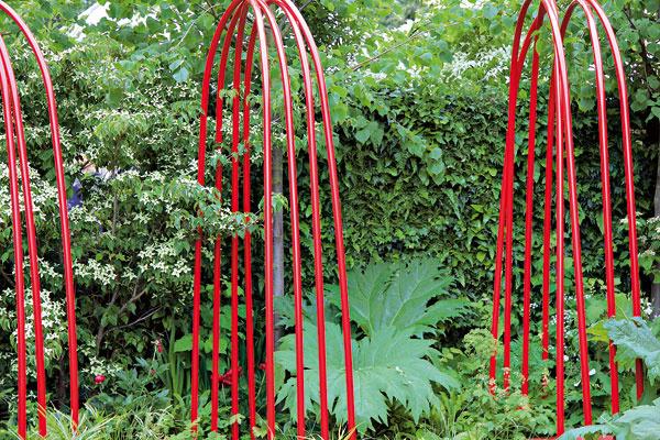 Cesty krvi Nápadnou dominantou záhrady sú svietivo červené lesklé poohýbané oceľové tyče. Imitujú tepny acievy, dôležité cesty pre životodarnú tekutinu – krv. Prechádzajú aplazia sa celou záhradou. Vykúkajú aj tam, kde by to nik nečakal, dokonca kde-tu sa vynoria aj zvody. Napriek nezvyčajnosti nepôsobili na mňa rušivo ani odpudivo.