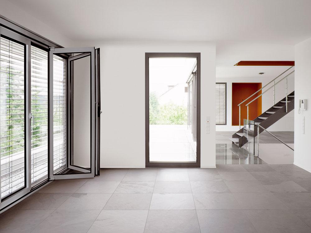 Kbezpečnosti okien prispievajú aj integrované vetracie systémy, ktoré do interiéru privádzajú čerstvý vzduch aj cez zavreté okno – otvorené okno je totiž pre votrelca skôr pozvánkou než prekážkou. Novinkou, ktorú na náš trh priniesla značka Gretsch-Unitas, je možnosť vetrania veľkoplošnými zdvíhavo-posuvnými dverami pri súčasnom zabezpečení prvku až do stupňa RC2. Bezpečnosť sa dá zvýšiť aj snímačmi uzatvorenia okien abalkónových dverí, ktoré kontrolujú, či sú okná zatvorené kľučkou, anie iba pribuchnuté.