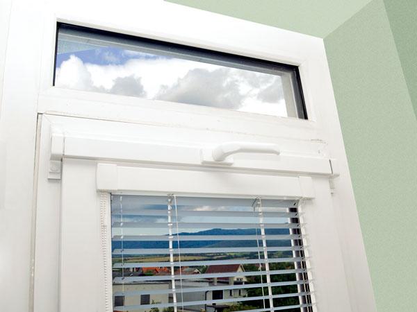 Jednoduchú, ale účinnú ochranu proti vypáčeniu predstavuje prídavný uzamykací mechanizmus, ktorý možno namontovať aj dodatočne na bežné okno. Oceľové uzamykacie body, ktoré sa vysunú až o20 mm, uzamknú okno pri každom zavretí kľučkou. Takto zabezpečené okno odolá aj 75 cm dlhému oceľovému páčidlu, vďaka čomu má výrobok certifikát až do 3. bezpečnostnej triedy soznačením vysoká ochrana.