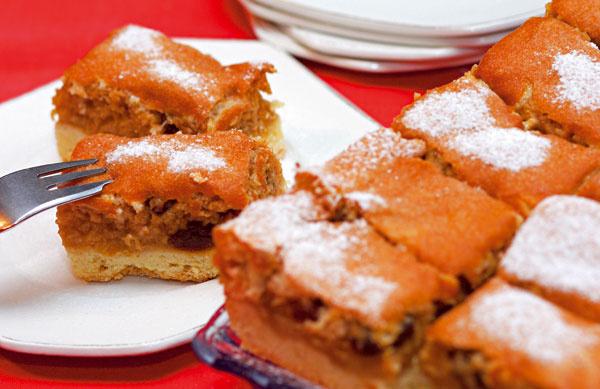 Jablkový koláč  Tento šťavnatý koláč patrí knajlepším jablkovým koláčom apripomína vôňu domova.  Postup práce 1.Na doske rýchlo zmieste hladkú múku spráškom do pečiva, maslom, vajcom, cukrom aštipkou soli na vláčne cesto (vodu pridajte podľa potreby). Vyvaľkané cesto uložte na vymastený plech (alebo na papier na pečenie), popichajte vidličkou aposypte strúhankou alebo mletými orechmi. 2.Očistené anastrúhané jablká rozložte na cesto, posypte kryštálovým cukrom aškoricou. 3.Zbielkov so štipkou soli vyšľahajte tuhý sneh. Postupne pridávajte cukor, žĺtky amúku. Cesto vylejte na jablká akoláč pečte vrúre vyhriatej na 200 ˚C približne 40 minút. 4.Po upečení ešte na plechu nakrájajte aposypte práškovým cukrom.  Príprava: 30 minút Pečenie: 40 minút  Čo budete potrebovať  cesto 30 dkg hladkej múky štipku soli 130 g margarínu (alebo masla) 50 g práškového cukru 1 vajce 1 prášok do pečiva trochu vody  plnka 1 kg jabĺk kryštálový hnedý trstinový c