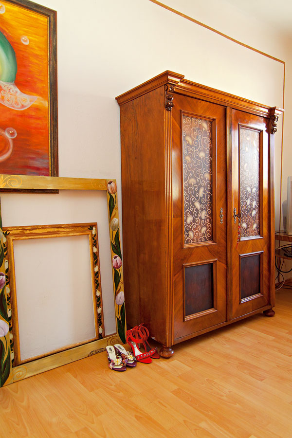 Skriniam avôbec recyklovanému nábytku sa vinteriéri Zuzkinho bytu aspoločnej galérie darí po farebnom kúpeli amajstrovskom patinovaní. Zuzane, ako aj jej rodičom, sa dobre býva svecami, ktoré si pamätajú minulé časy.