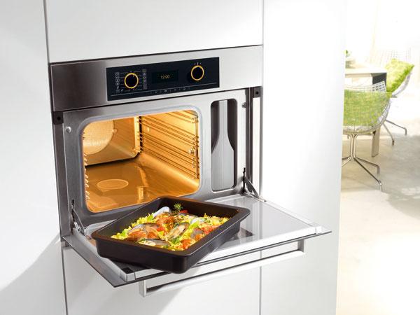 Kombinovaná parná rúra spečúcou rúrou Miele DGC 5061 ponúka široké spektrum použitia pri ohreve, rozmrazovaní, zaváraní asterilizácii. Automatické programy uľahčia prípravu vpare, pečenie mäsa alebo múčnikov. Odporúčaná cena 2 700 €.