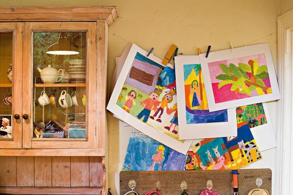 Pokojne natiahnite vbyte špagát, na ktorý budete vešať a pomocou farebných kolíkov prichytávať dielka vašich malých maliarov. Poteší to nielen deti, ale oslavovať bude aj samotný interiér.