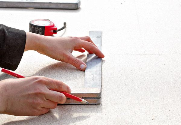 Na drevotrieskovú dosku narysujte vedľa seba dva obdĺžniky srozmermi 130 ×30 cm ajeden obdĺžnik srozmermi 140 × 65 cm.