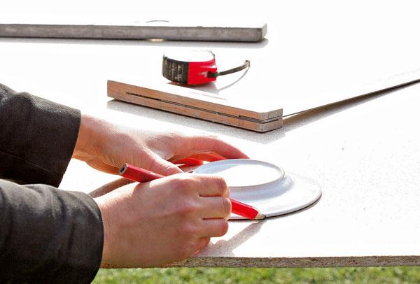 Na jednom konci hrany obdĺžnikov zaoblite. Môžete si pomôcť narysovaním polkruhu pomocou taniera.