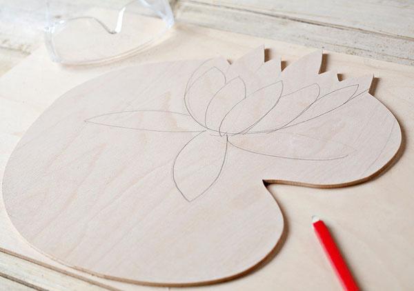Kvety priložte na paravánové dosky aurčite si miesto, kam ich chcete dať. Ak chcete, aby kvet presahoval dve dosky, narysujte si naň zvislú čiaru, podľa ktorej kvet prepílite.