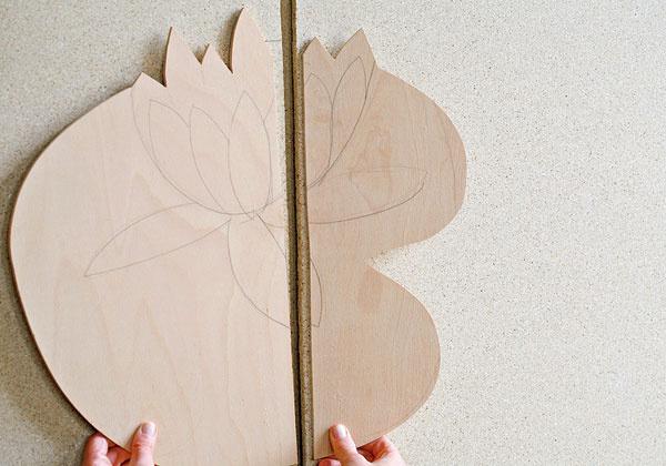 Drevotrieskové dosky natrite zjednej strany bielou farbou azdruhej tmavozelenou alebo tmavomodrou – vytvoríte tak podklad apozadie na striekané farby.