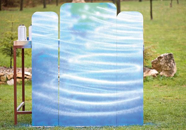 Do tmavomodrej farby nastriekajte vpásoch bielu farbu – vytvoríte tak efekt trblietajúcej sa hladiny jazera. Je to vcelku jednoduché: ak maľujete sprejom prvýkrát, môžete si to vyskúšať  napríklad na kartóne.