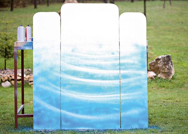 Dosky otočte adruhú stranunastriekajte bledomodrou farbou, aby ste vytvorili jemný efekt vodnej hladiny. Bude to zadná strana paravánu. (Ak chcete, môžete začať najskôr na tejto strane paravánu.)