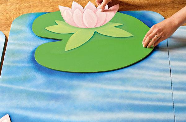 Kvety prilepte na vopred určené miesta. Ak lepíte silikónom, dosky si radšej položte na zem, pretože silikón má dlhší čas schnutia akvety by mohli po doske skĺznuť dole.