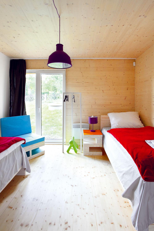 Detská izba je zariadená jednoducho aprakticky. Kombináciou škandinávskej čistoty atradičnej vidieckej poetiky vzniká... vidiecka moderna?
