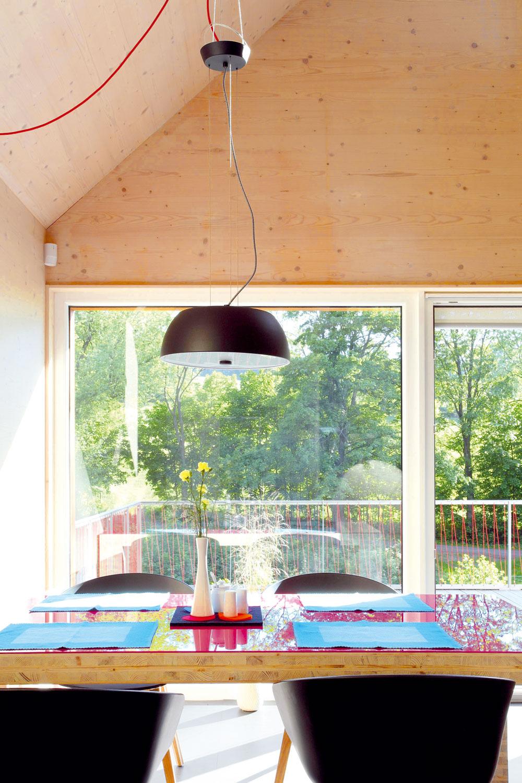 Jedálenský stôl je jedným zprvkov vyrobených podľa návrhu architektov zrovnakého materiálu ako nosná konštrukcia domu.