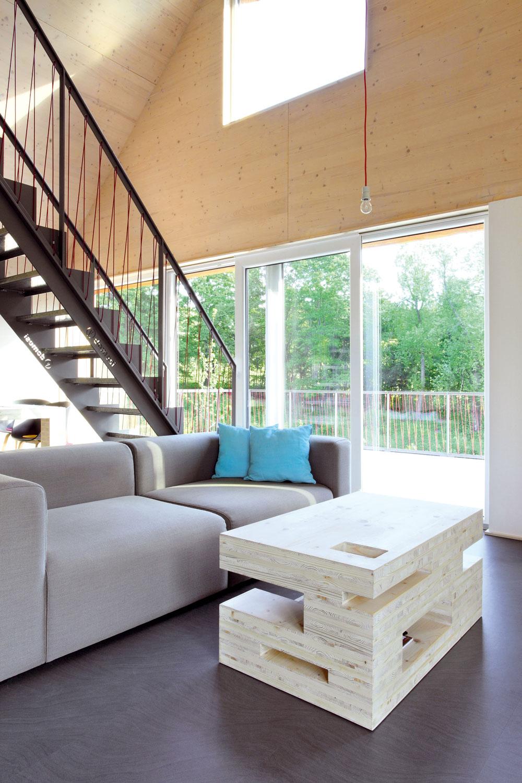 """Schodisko umiestnené netradične vosi domu síce zasahuje do výhľadu, na druhej strane však tvorí prirodzenú aveľmi subtílnu bariéru medzi """"jedálňou"""" a""""obývačkou""""."""