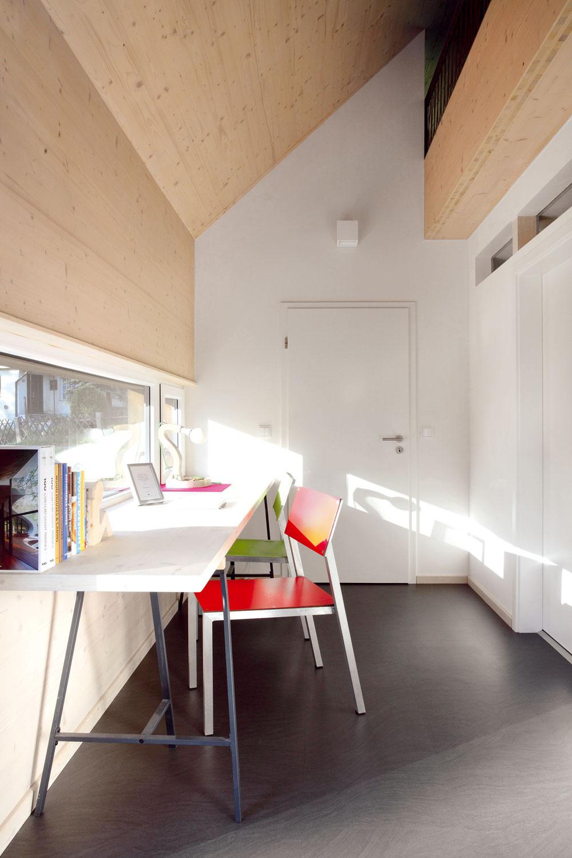 Na neveľkej podlahovej ploche necelých 77 m2 sa vďaka šikovnému usporiadaniu nájde miesto aj na pracovný kút. Svýhľadom, samozrejme.