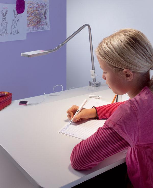 Keďže dieťa rastie, výška písacieho stola by sa mala dať nastaviť, ideálne je, ak možno regulovať aj sklon dosky. Rovnako stolička by mala byť polohovateľná.