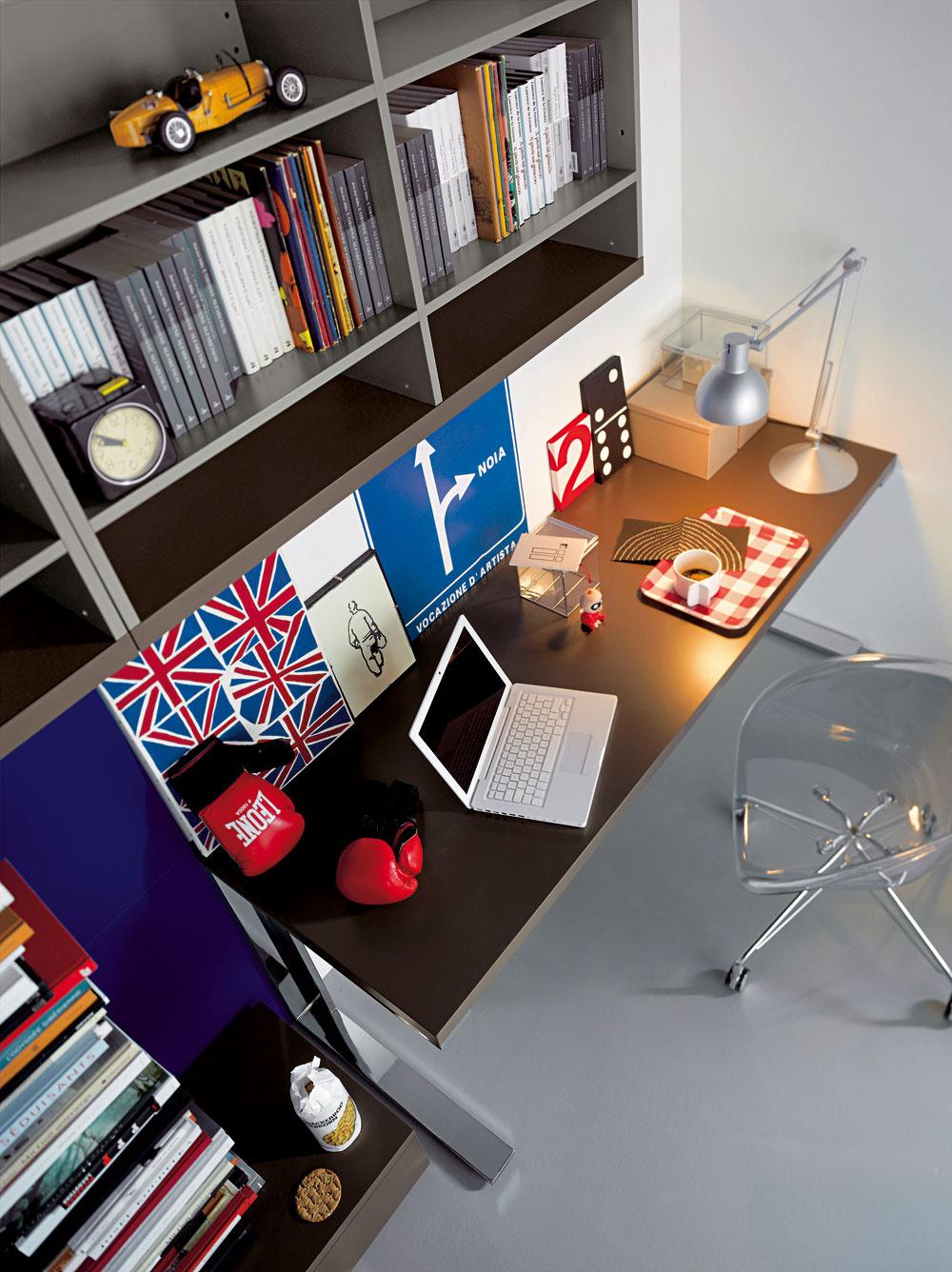 Na písacom stole by mala byť ako doplnkový zdroj svetla kvalitná lampička. Ak na stôl nedopadá dostatok prirodzeného svetla adieťa používa lampu aj cez deň, vhodným zdrojom je LED dióda alebo žiarivka sbielym svetlom.