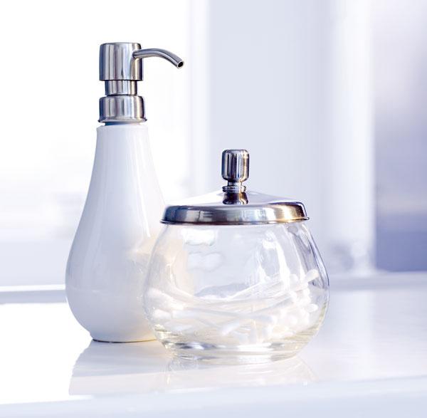 Doplnky Mogden zbielej lesklej kameniny, skla anehrdzavejúcej ocele. Dávkovač na mydlo, cena 6,99 €. Dóza svrchnákom, cena 3,99 €. Predáva IKEA.