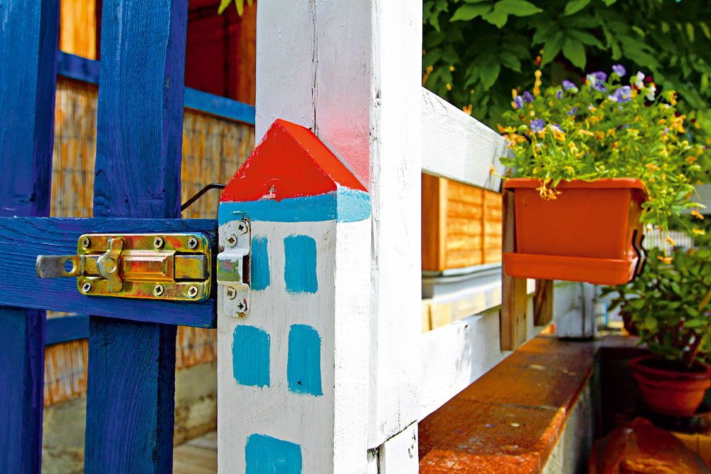 Milý detail pri záhradnej bráne. Aj bez slov napovedá ovľúdnej povahe majiteľov tejto záhrady.