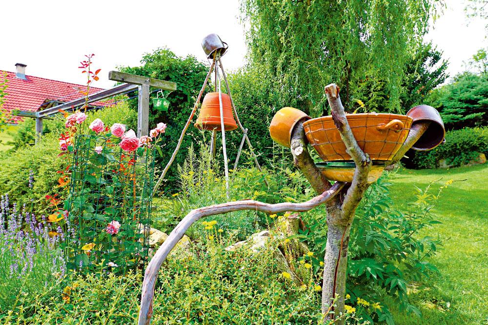 Nový život suchej vetve už dávno mŕtveho stromčeka vnieslo vtáčie napájadlo vpodobe zdrôtovanej keramickej misy.