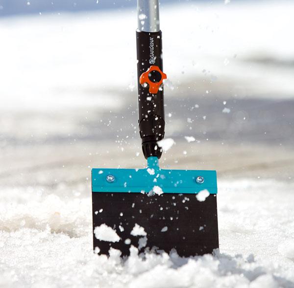 Gardena combisystem – škrabka na ľad asneh Je šikovným pomocníkom priodstraňovaní ľadu alebo tvrdého utlačeného snehu, ale aj pri odstraňovaní zaschnutých nečistôt zchodníkov. List zpružinovej ocele má šírku 15 cm. Odporúčaná cena je 11,99 €.