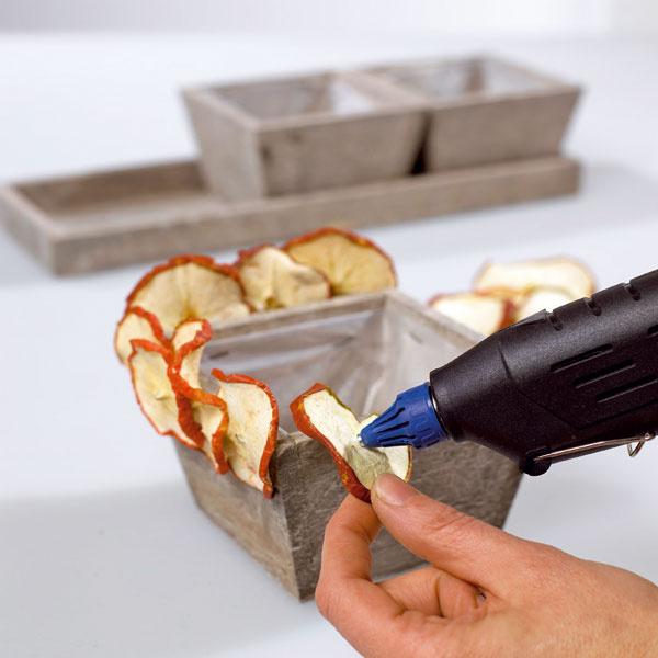 Na okraj prvého sme pomocou tavného lepidla prichytili plátky sušených jabĺčok.