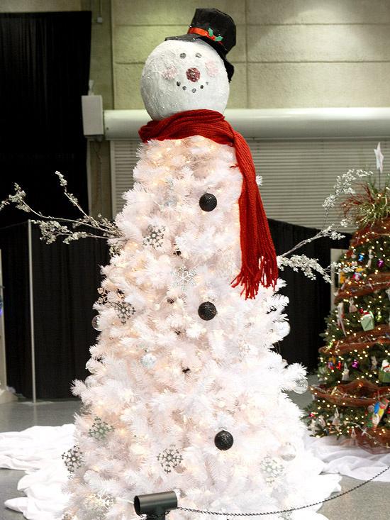 ... ďalší skvelý nápad: urobte si snehuliaka a vianočný stromček 2 v 1! Deti sa určite potešia!