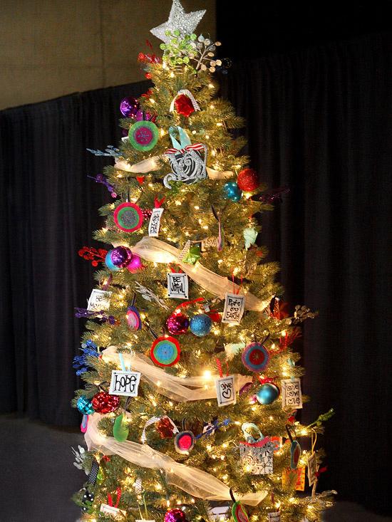 ...alebo zvoľte túto možnosť a vyzdobte si stromček farbami drahokamov a vlastnoručne vyrobenými kartičkami so slovami ako láska, nádej, dar.... všetko, čo si na Vianoce prajete...