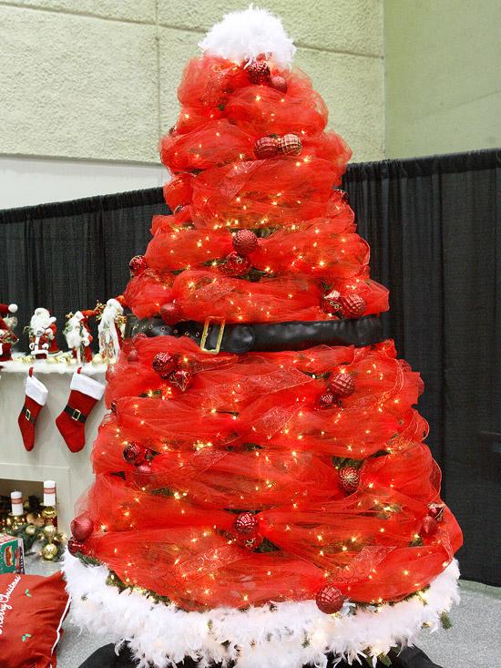 ... ak môže byť snehuliak vianočným stromčekom, prečo nie aj Santa Claus alias náš Mikuláš? Stromček v červenom šate s bielym brbolcom namiesto tradičného vianočného špicu  či hviezdy, a v strede s čiernym santovským opaskom...