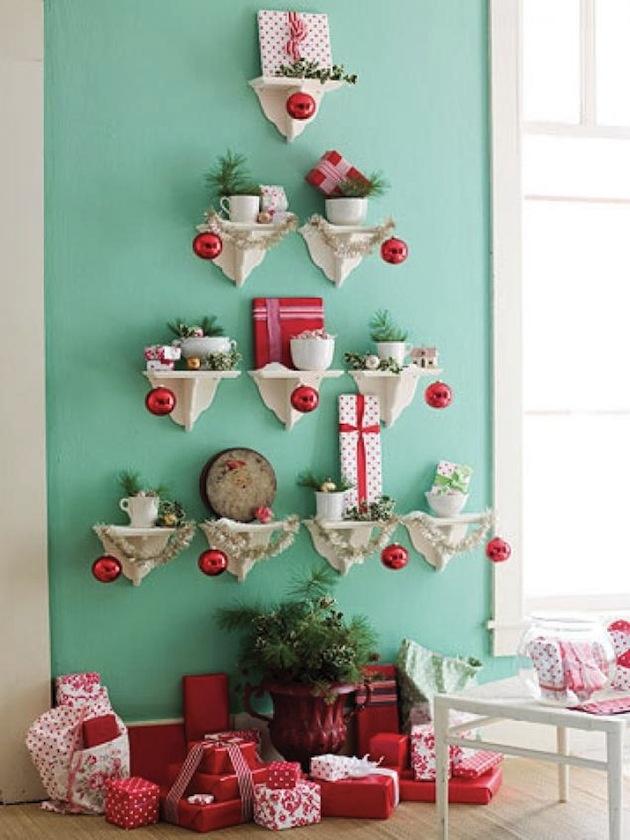 Praktický nápad: stromček z poličiek na stenách.