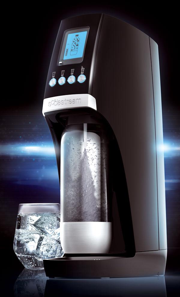 Prístroj SodaStream Revolution selektrickým napájaním adotykovým panelom. Dajú sa nastaviť štyri úrovne intenzity sýtenia, ktoré možno sledovať prostredníctvom LED displeja podsvieteného namodro. Automatické uchytenie fľaše. Odporúčaná cena 199,90 €.