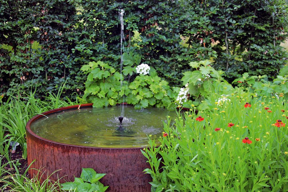 Vodné hry Voda upokojuje, pomáha vytvoriť vzáhrade príjemnú mikroklímu avnáša do nej zaujímavé vizuálne efekty. Obľubujú ju rastliny aj živočíchy. Voda bude vždy vkurze! Zmenili sa len formy jej stvárnenia – aktuálne sú vodné hry, minifontány či vodné prepady. Vďaka modernejšiemu vzhľadu zapadnú aj do minimalistických záhrad.