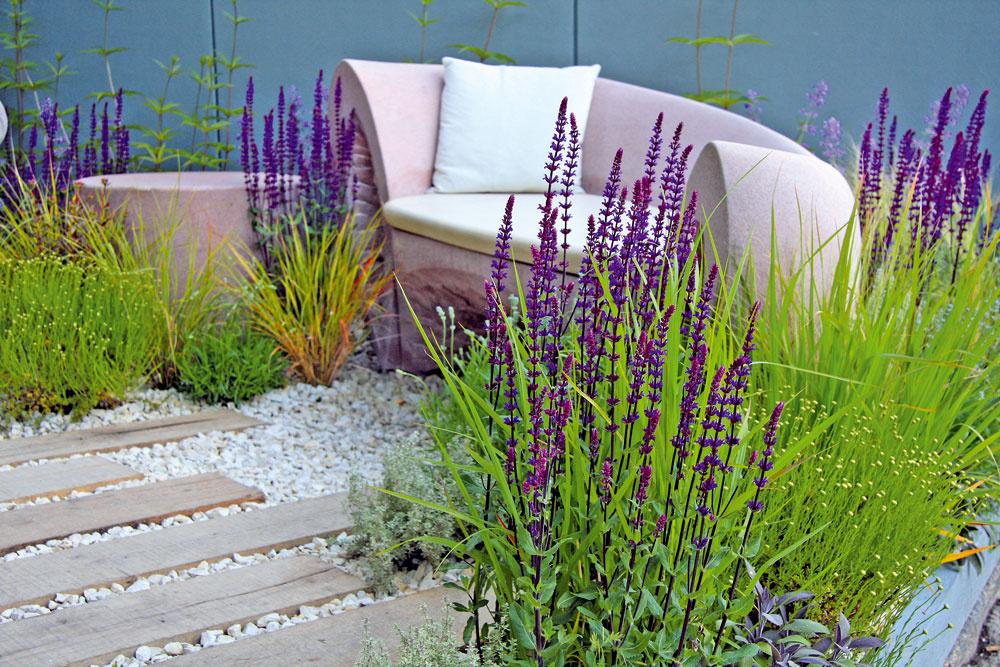 Záhradná aromaterapia Mnohí súčasní záhradní dizajnéri sa usilujú zakomponovať do záhradného priestoru aj odpočinkovú zónu uprostred aromatických aliečivých rastlín. Pohodlná pohovka, samozrejme, nesmie chýbať.