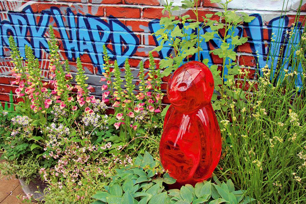 Povýšené grafity Uletenejší záhradní dizajnéri vo Veľkej Británii tvrdia: Aj to, čo vpodstate väčšina odsudzuje, môže byť originálnou kulisou pre príjemný asvieži záhon. Rozhodne to má niečo do seba. Ktovie, možno práve takéto riešenie osloví vekovo mladších nadšencov záhradníčenia.