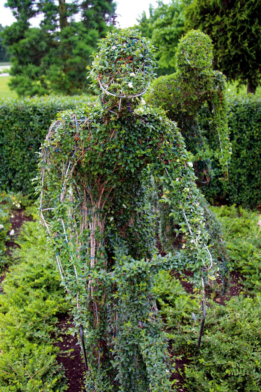 Zelená osobnosť Ato doslova! Trendom sú nielen zvieracie, ale aj ľudské sochy vživotnej veľkosti. Vzáhrade, niekde na udržiavanej trávnatej ploche, prečo nie? Aj keď treba počítať stým, že takýto netradičný solitér nie je najlacnejší. Na druhej strane – socha dvíha hodnotu záhrady, čo, pochopiteľne, zaväzuje aj kdôkladnej starostlivosti oňu.