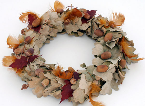 Ak nemáte radi zimu, skúste to s jeseňou. Namiesto čečiny suché lístie a žalude, namiesto ozdôb farebné pierka.