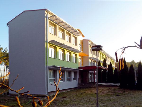 Škola vDubňanoch pri Hodoníne je zrekonštruovaná na bytový dom venergeticky pasívnom štandarde, sriadeným vetraním srekuperáciou odpadového tepla. Srdcom systému je vzduchotechnická jednotka ATREA – DUPLEX 1600 FLEXI, ktorá ako prvá jednotka českého výrobcu získala osvedčenie inštitútu Passivhouse Institut – Darmstadt. Jej príkon na max. vetranie pre 8bytov je asi 650 W, pri minimálnom nočnom vetraní potom asi 40 W – teda menší príkon než súčet príkonov kuchynských digestorov vbytoch. Účinnosť rekuperácie tepla tejto jednotky sa pohybuje okolo 85 %. Vďaka tomu je možné ušetriť asi 15200 kWh energie za rok.