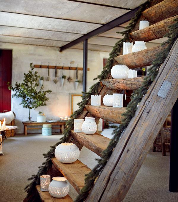 Plechové svietniky White od firmy Hübsch vrôznych tvaroch, dekoroch aveľkostiach. Cena od 5,19 € do 12,32 €. Predáva bellarose.sk.