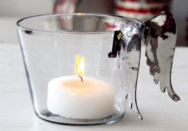 Kovové anjelské krídla na zavesenie, napríklad na jednoduchý sklenený svietnik. Cena 4,39 €/2 ks. Predáva bellarose.sk.