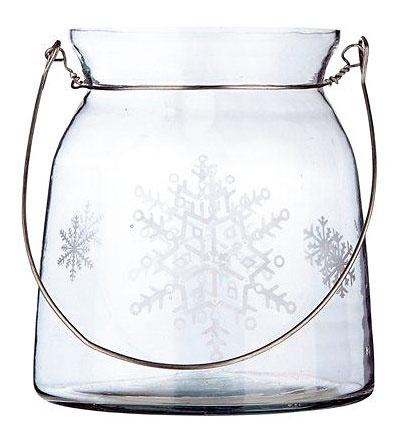 Závesný lampáš zčíreho skla zdobeného brúsenými snehovými vločkami. Cena 14,05 €. Predáva bellarose.sk.