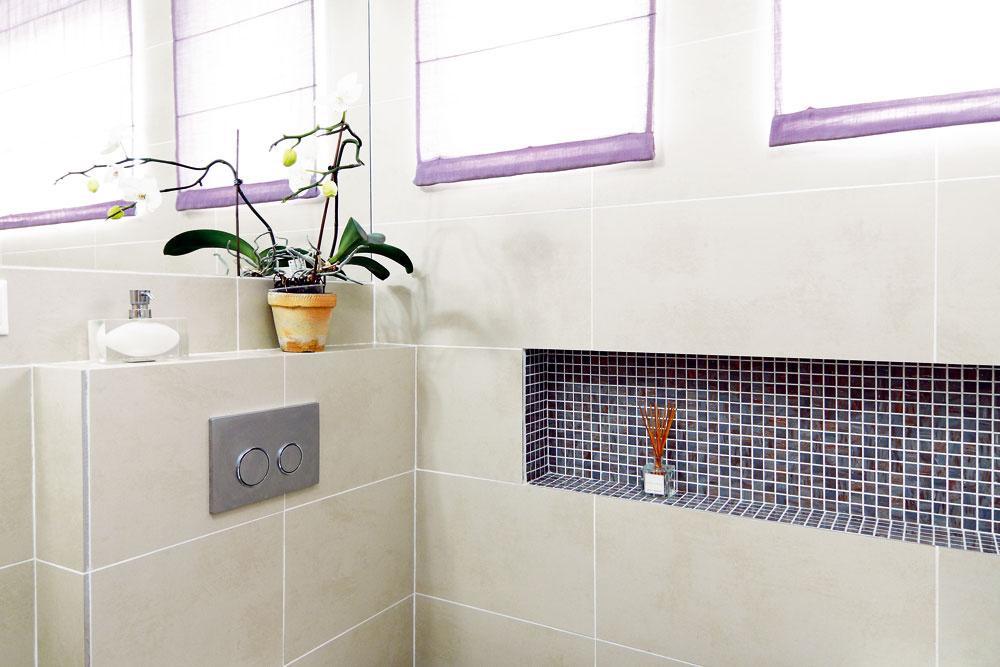 """Oproti vani je WC so zabudovanou nádržkou – hoci predstenová inštalácia si podľa výrobcu vyžaduje len 12 cm, """"majstrom"""" zo stavebnej firmy sa podarilo rozšíriť ju až na 25. Vkúpeľni, kde sa, ako to už chodí, počítalo skaždým centimetrom, to však bolo neprípustné – nezmestila by sa pre to vaňa potrebnej veľkosti (alebo by sa do vyhradeného priestoru nevošla toaleta, prípadne nohy). Keďže sa však zariadenie kúpeľne objednáva 6 týždňov vopred, vtom čase už veľa možností na zmenu nebolo, navyše, 150 cm dlhá vaňa bola pre investorov primalá. Rozhodli sa teda konečne vymeniť """"majstrov"""" za skutočných, ktorí inštaláciu zvládli spredpísanými parametrami. To však, žiaľ, znamenalo náklady navyše, sktorými pôvodne nepočítali."""