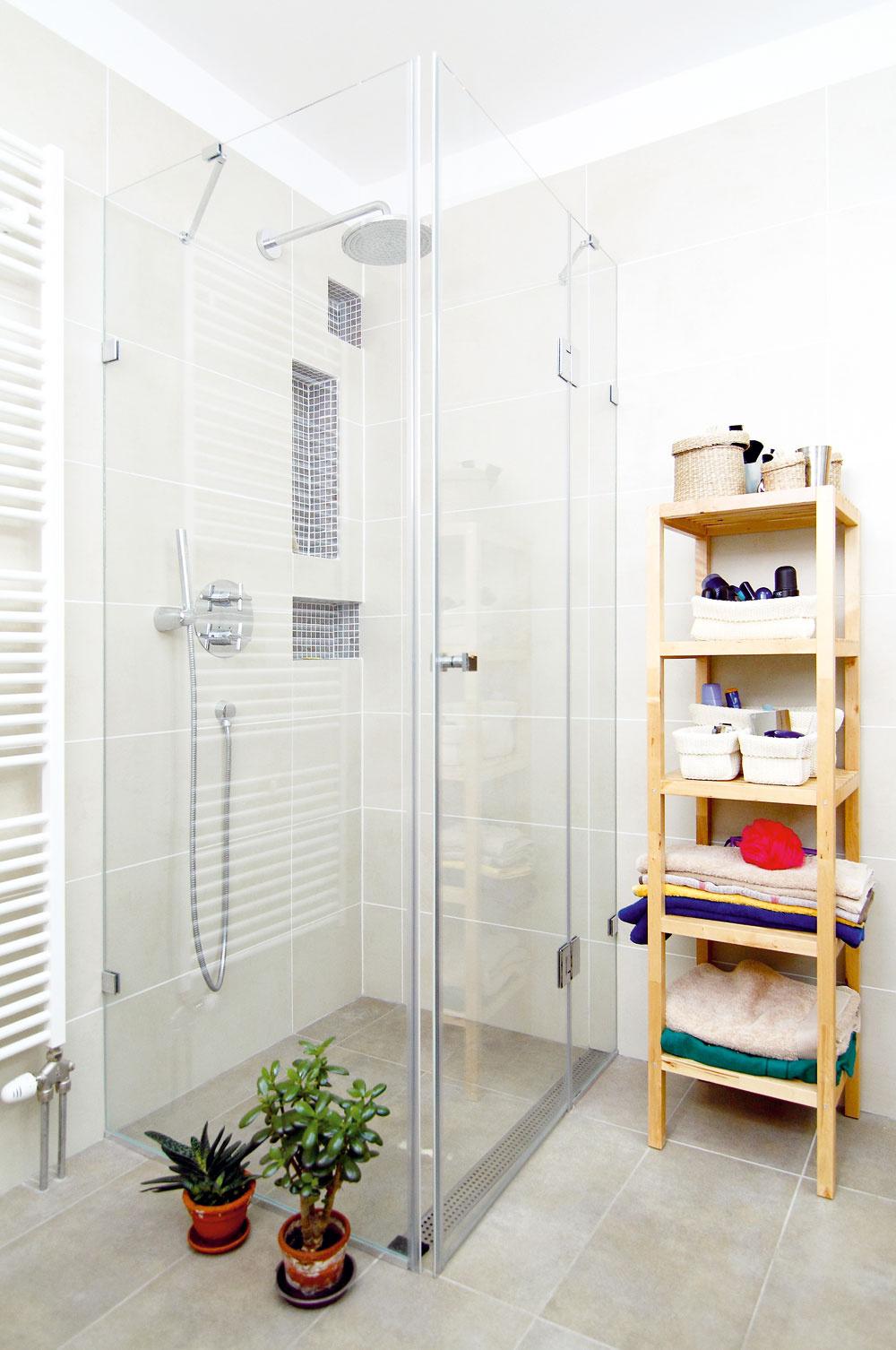 Pre investorov bolo dôležité mať vkúpeľni okrem vane aj priestranný sprchovací kút –dostatok miesta sa naň získalo zmenou dispozície. Keďže im však neplánované výdavky urobili škrt cez plánovaný rozpočet, jeho realizácia sa odložila takmer orok. Vrámci rekonštrukcie sa ale na montáž sprchovacieho kúta všetko pripravilo.