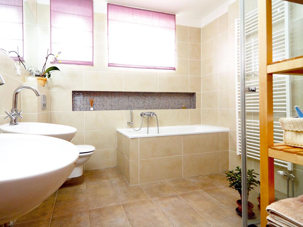 Väčší priestor na novú kúpeľňu vznikol vrodinnom dome spojením pôvodnej, menšej kúpeľne, samostatného WC achodbičky, ktorá viedla kich dverám – tým vytvorila architektka Lucia Hakelová miestnosť dostatočne veľkú na to, aby sa do nej zmestilo všetko, čo si majitelia domu želali: vaňa dlhá aspoň 170 cm, veľký sprchovací kút, WC adve umývadlá. Vzhľadom na to, že vdome je ešte jedna toaleta na prízemí, nebolo spojenie kúpeľne aWC problémom.