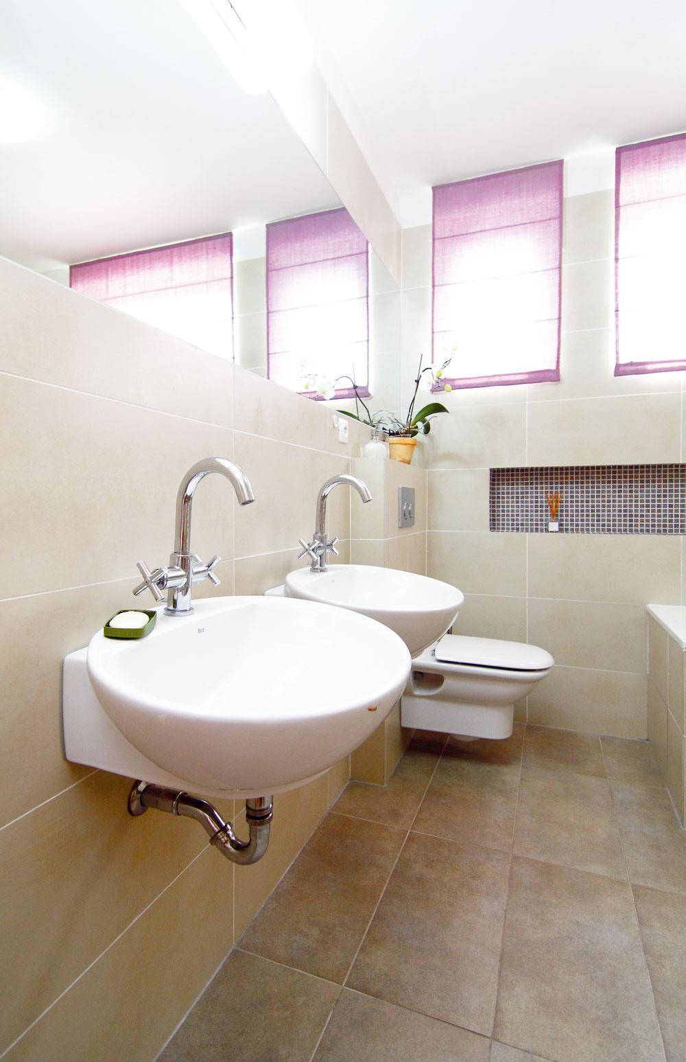 Veľké zrkadlo nad umývadlami siaha na celú šírku miestnosti – od steny po stenu. Jeho úlohou je kúpeľňu opticky zväčšiť apresvetliť.  Pod umývadlami ešte chýba jednoduchá policová zostava. Praktický nábytkový prvok vyrobený na mieru zatiaľ aspoň čiastočne nahrádza regál zIkey.