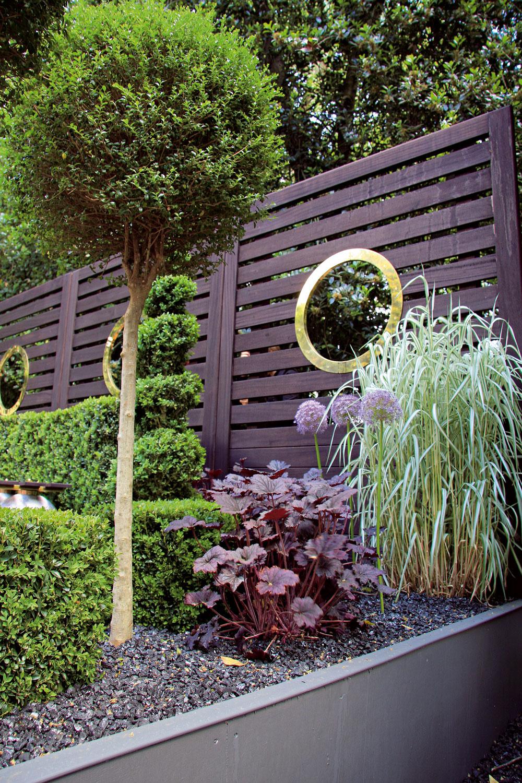 Trendovým prvkom vsúčasnej záhradnej tvorbe sú okrem zrkadiel aj priezory vplotoch – vtých klasických aj živých.