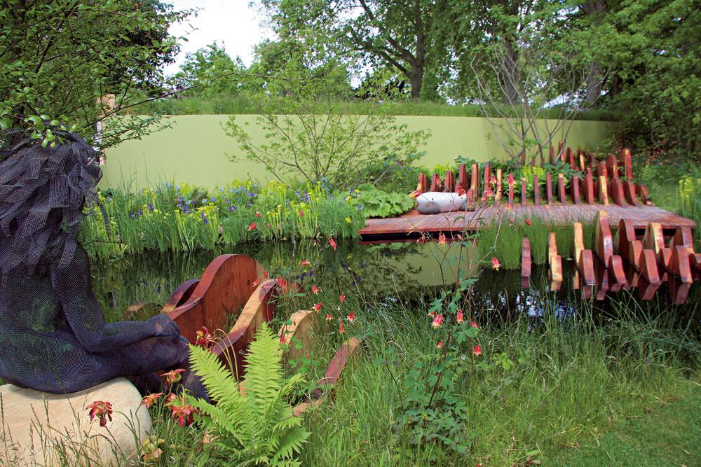 Drevené mólo pri záhradnom jazierku slavičkou pôsobí upokojujúco.