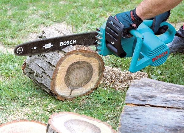 1. Reťazovou pílou napíľte kruhy zpňa shrúbkou 5 až 10 cm apriemerom do 50cm.  Kôru znapílených kruhov oddeľte pomocou dláta akladiva.
