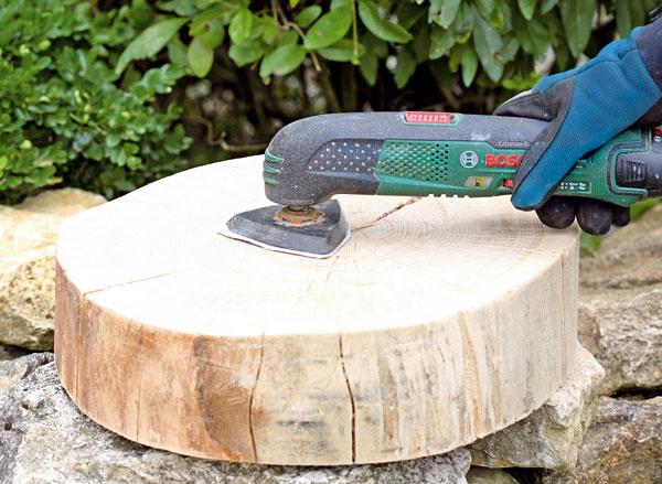 3. Všetky konáre aj drevené kruhy vybrúste brúsny papierom dohladka. Smultifunkčným prístrojom ide práca rýchlo.